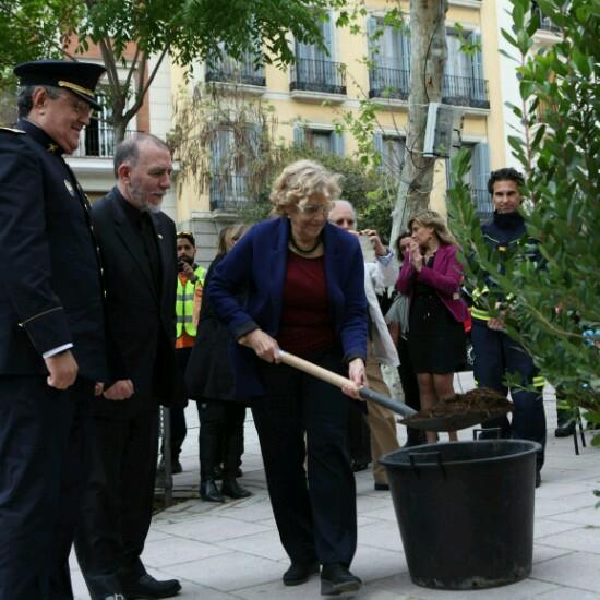 La alcaldesa mostrando sus dotes hortofrutícolas. (Foto: Madrid)