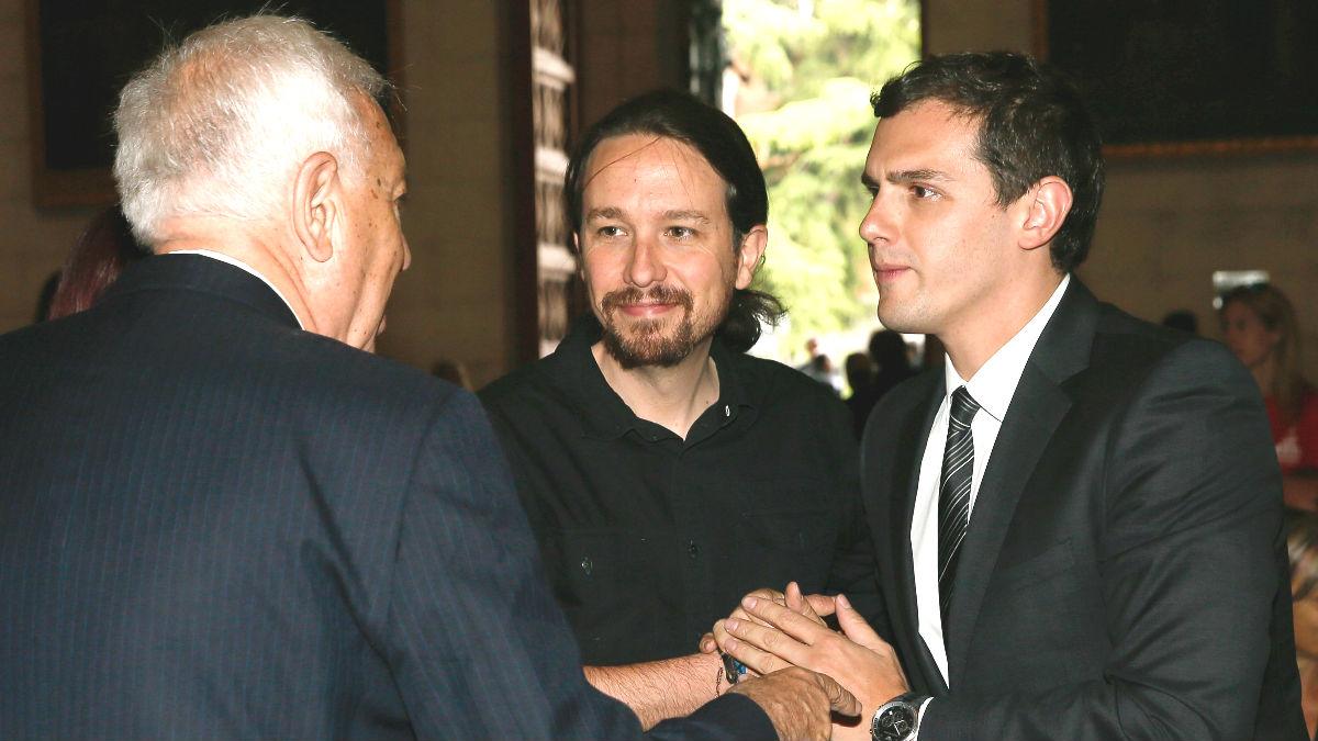 El ministro de Asuntos Exteriores en funciones, José Manuel García-Margallo (i), saluda al líder de Ciudadanos, Albert Rivera (d), en presencia del líder de Podemos, Pablo Iglesias (c) (Foto: Efe)