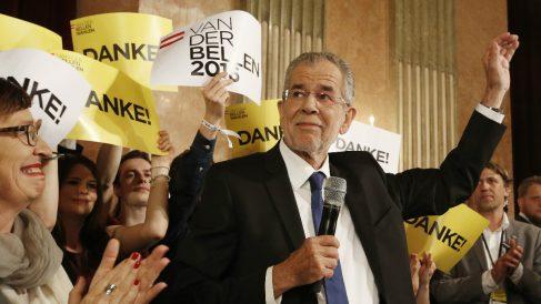 El candidato ecologista a la presidencia de Austria, Alexander Van der Bellen, agradece a sus votantes que le hayan elegido presidente del país. (Foto: AFP)