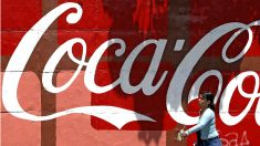 Un cartel publicitario de Coca-Cola. (AFP)