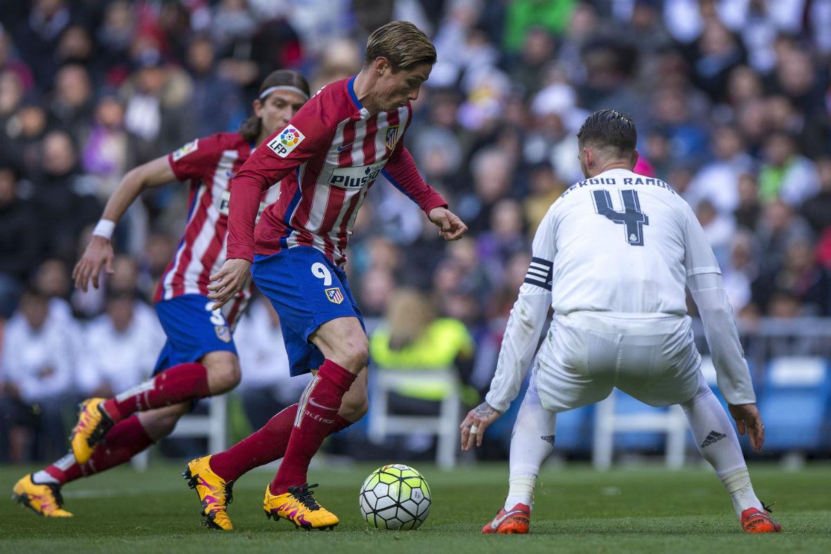 Fernando Torres y Sergio Ramos en un derbi. (Getty)
