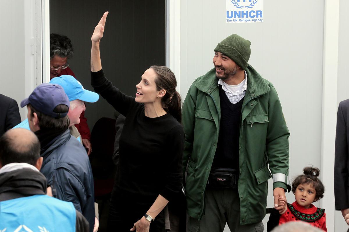 Angelina Jolie visitando a los refugiados en el puerto del Pireo en Grecia, 2016 (Getty)