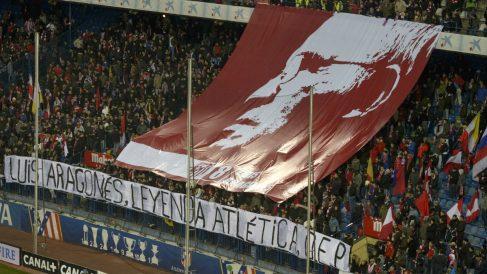 Una imagen de Luis Aragonés desplegada en el Calderón. (AFP)
