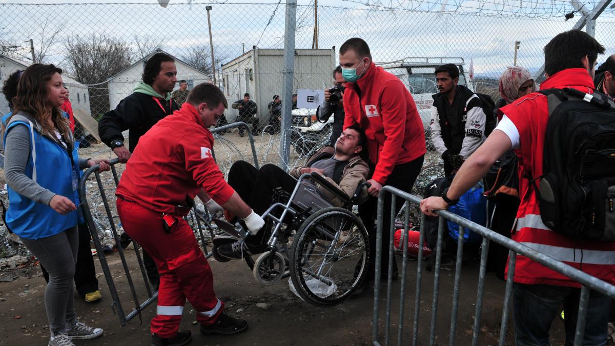 Miembros de la Cruz Roja colaboran en diversos frentes de la crisis de los refugiados por la guerra en Siria. (Foto: AFP)
