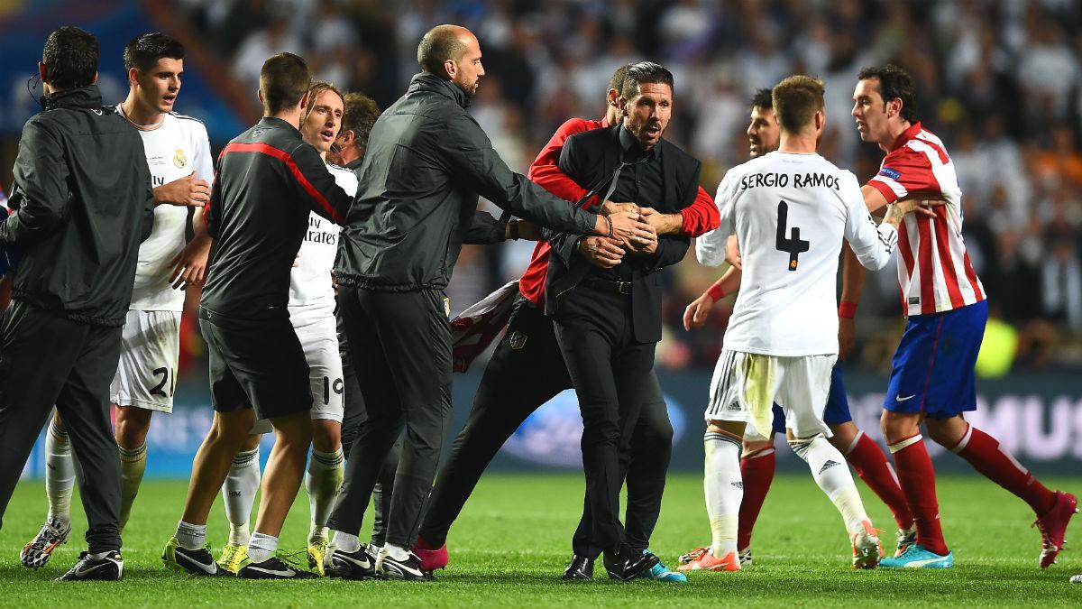 Simeone, sujetado por sus jugadores en la final de Lisboa. (Getty)