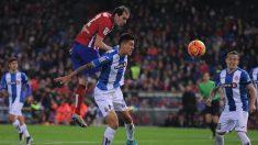 Godín disputa un balón aéreo en un partido contra el Espanyol. (Getty)