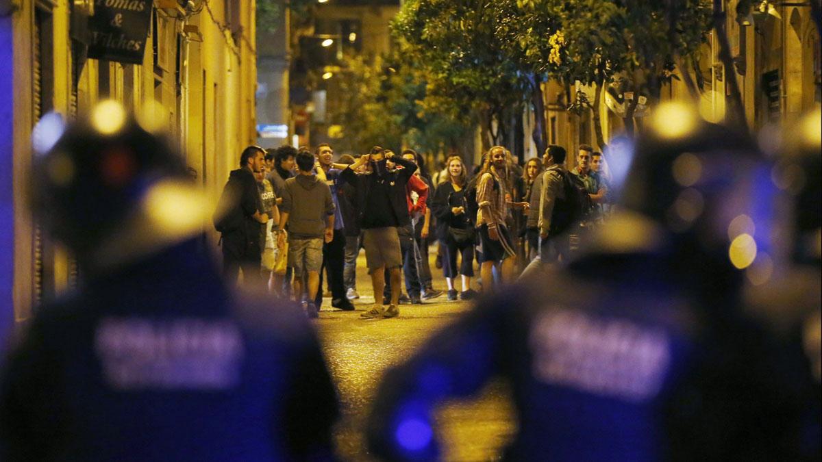 Los Mossos vigilan a jóvenes antisistema. (Foto: EFE)
