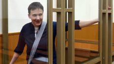 La piloto ucraniana Sávchenko durante el juicio en el que un tribunal ruso la condenó por cómplice en el asesinato de dos periodistas rusos. (Foto: AFP)