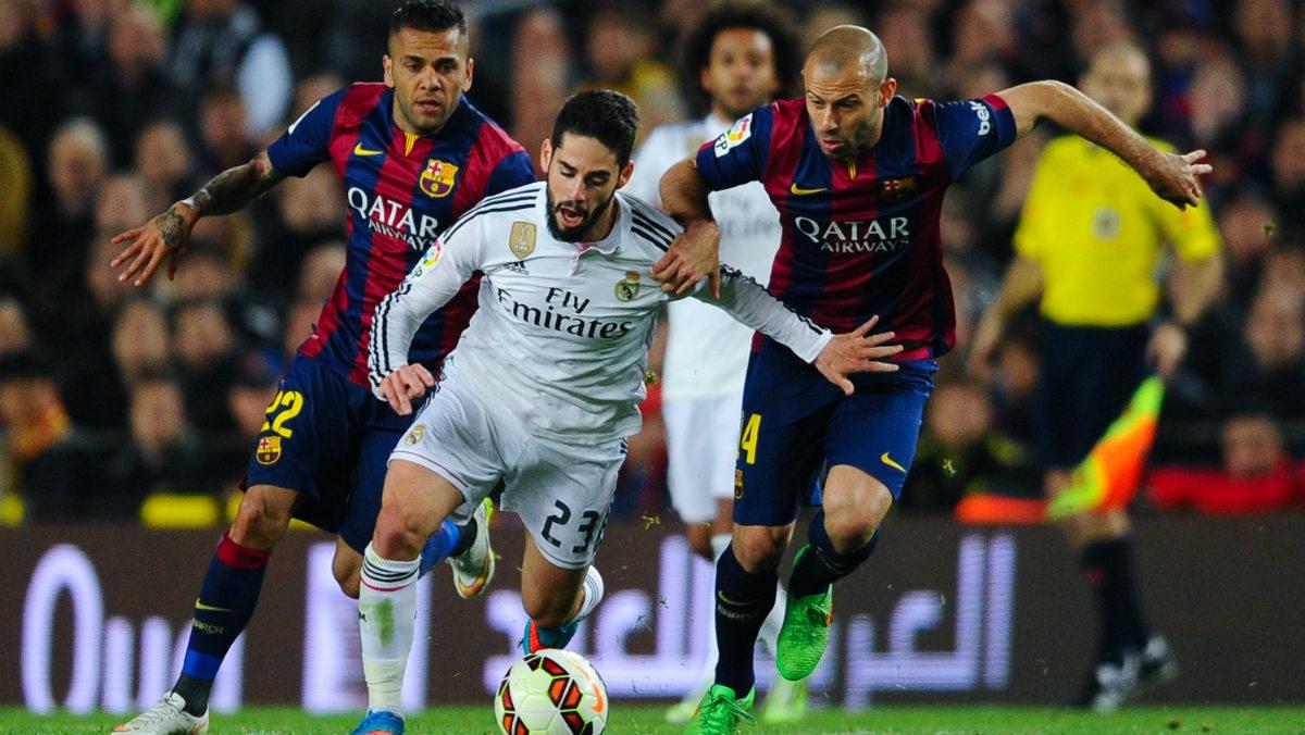 Alves y Mascherano rodean a Isco en un Clásico con el Barcelona. (Getty)