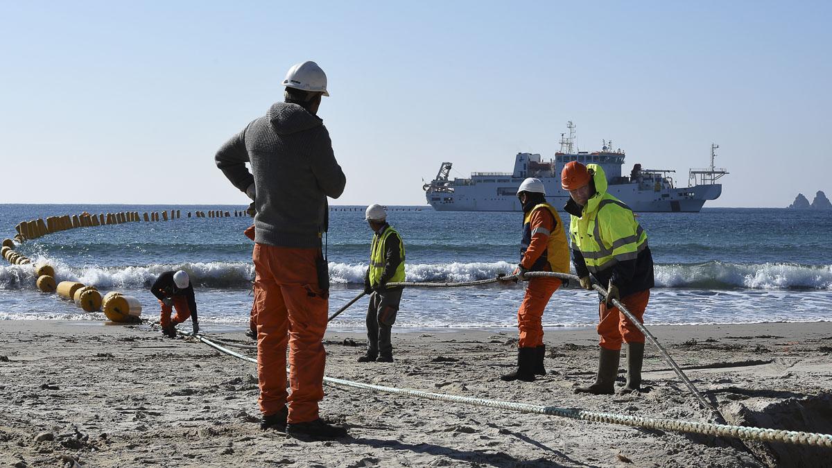 Instalación del cable submarino entre Singapur y Francia en marzo. (Foto: AFP)