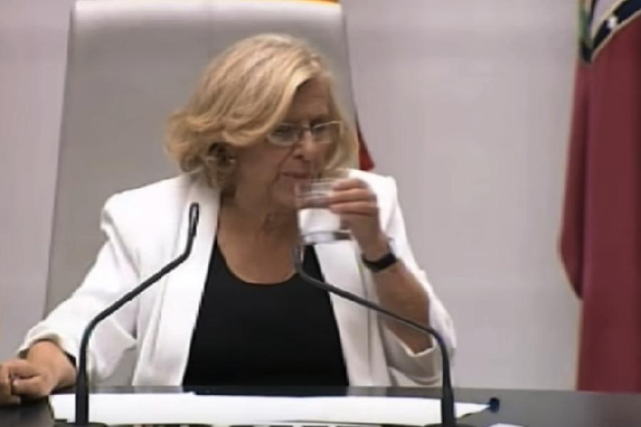 La exjueza Carmena bebiendo agua fresca. (Foto: Madrid)