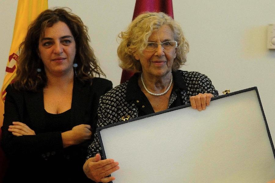 La concejala díscola Mayer con la alcaldesa Carmena. (Foto: Madrid)