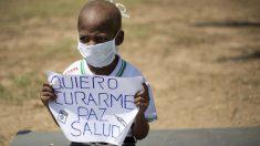 El niño Oliver Sánchez, en una protesta en Caracas.