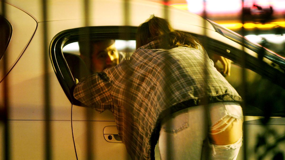 Una prostituta conversa con uno de sus clientes (Foto: GETTY).