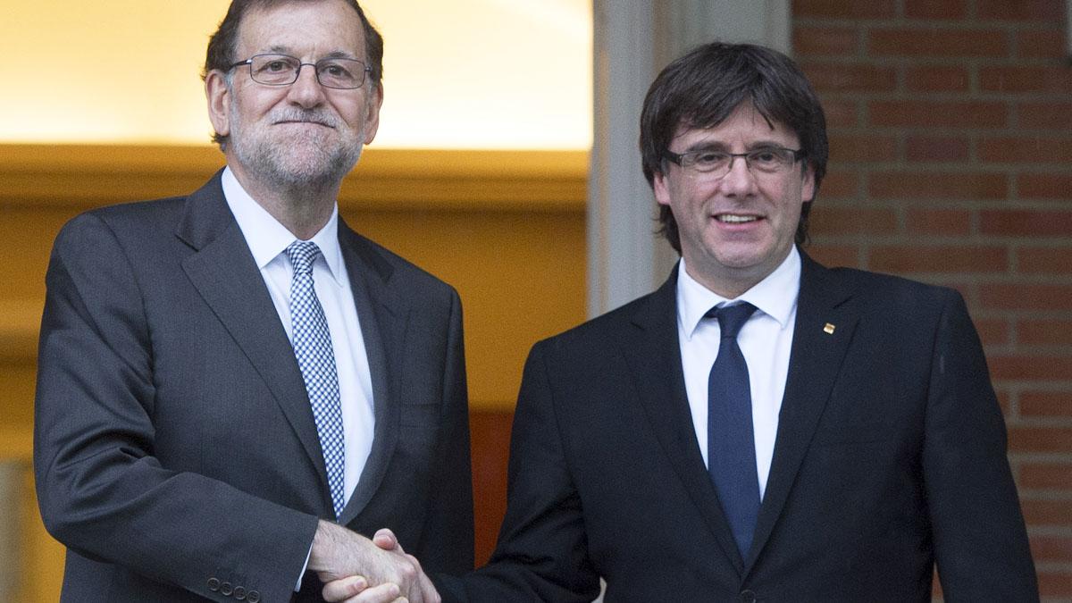 Mariano Rajoy estrecha la mano a Carles Puigdemont en La Moncloa. (Foto: AFP)
