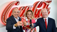 Muhtar Kent, presidente y CEO de The Coca-Cola Company; Sol Daurella, presidenta de Coca-Cola Iberian Partners, y John Brock, presidente y CEO de Coca-Cola Enterprises, Inc. toast the creation of Coca-Cola European Partners. (Foto: COCA-COLA).
