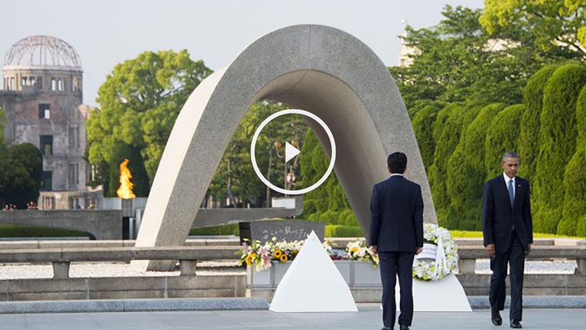 Barack Obama junto a Shinzo Abe en el cenotafio por las víctimas de Hiroshima. (Foto: AFP)