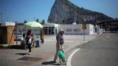 Un hombre camina cerca de la frontera con Gibraltar (Foto: Reuters)