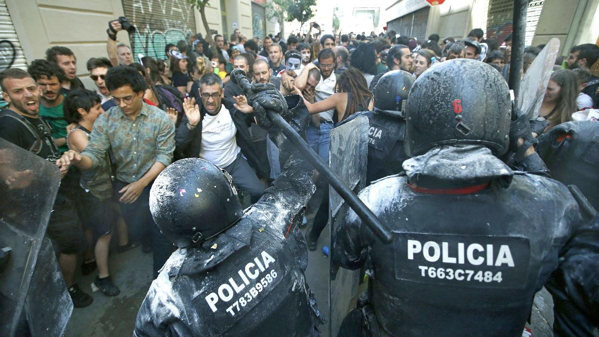 Un momento del enfrentamiento entre policía y manifestantes en Gràcia (Foto: Efe).