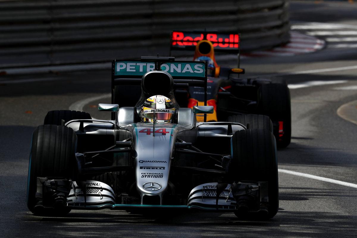 Lewis Hamilton se llevó el GP de Mónaco por delante de Ricciardo (Getty)