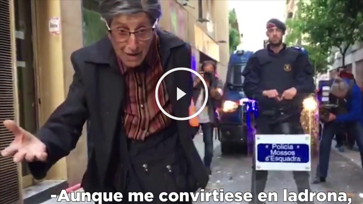 La vecina del barrio de Gràcia intentando dialogar con los okupas.