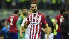 Juanfran llora ante la afición tras fallar el penalti de la final. (AFP)