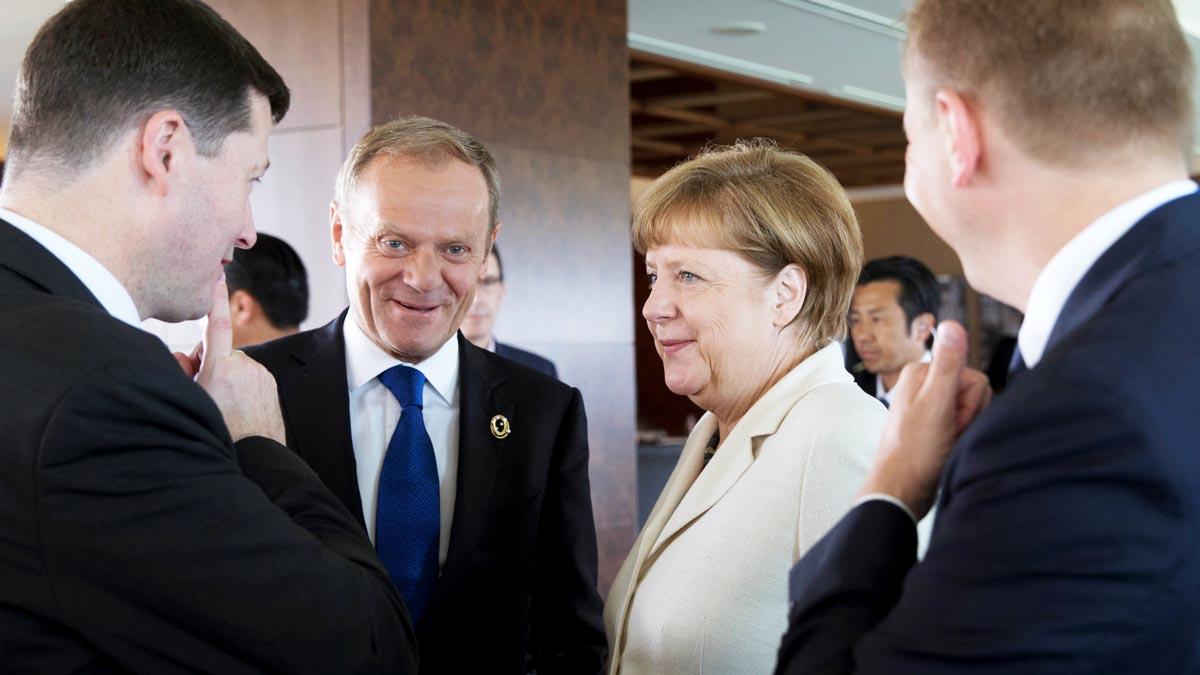 Donald Tusk, junto a Angela Merkel, en la reciente reunión del G7 (Foto: Reuters)