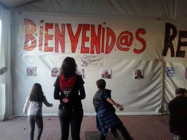 Imagen de niños tirando dardos a Aguirre o Gallardón.