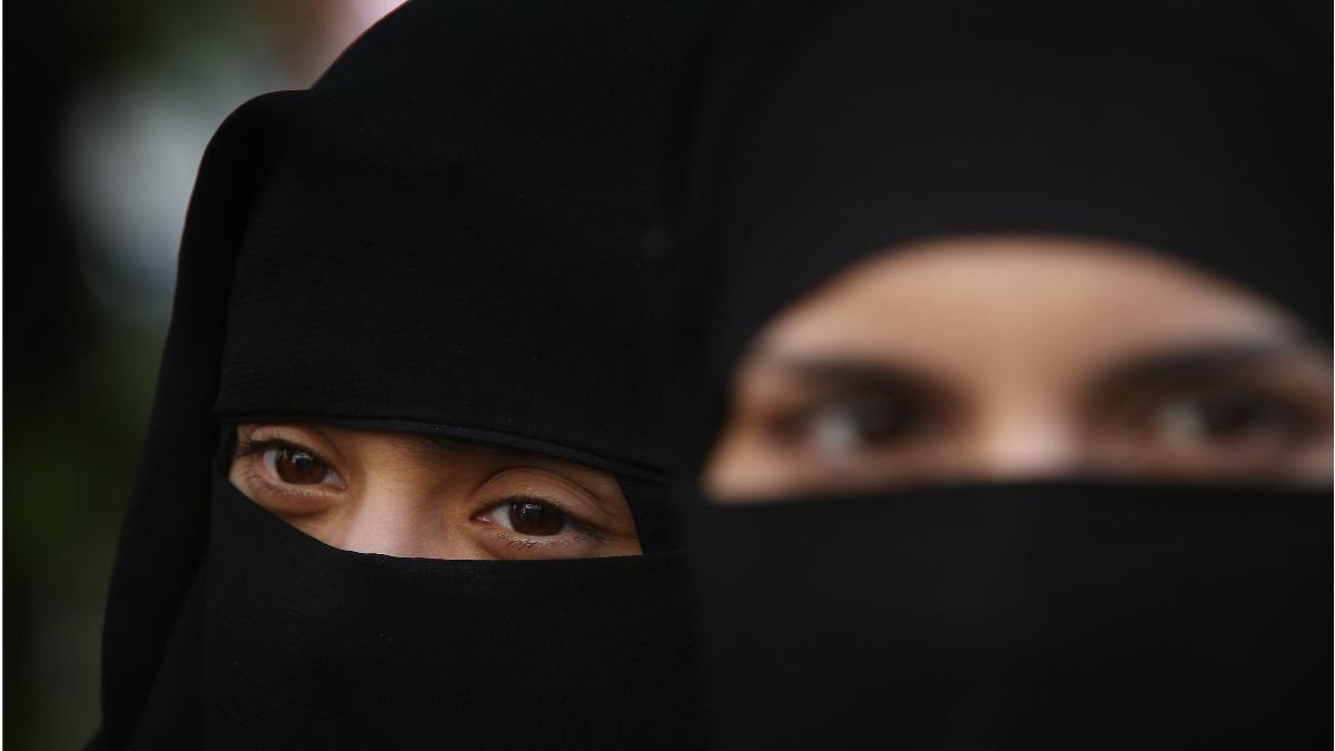 Dos mujeres musulmanas se cubren el rostro con el velo que su religión le obliga a llevar. (Foto: Getty)