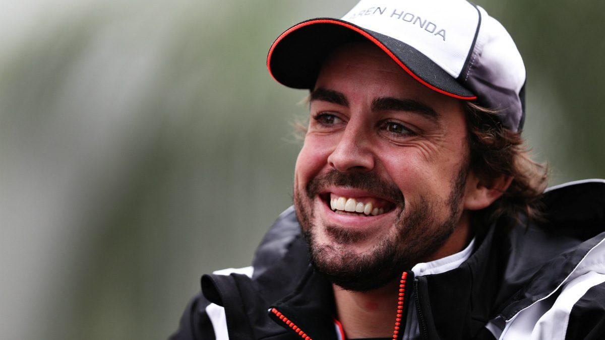 Fernando Alonso soltó una carcajada tras las indicaciones de su ingeniero. (Getty)