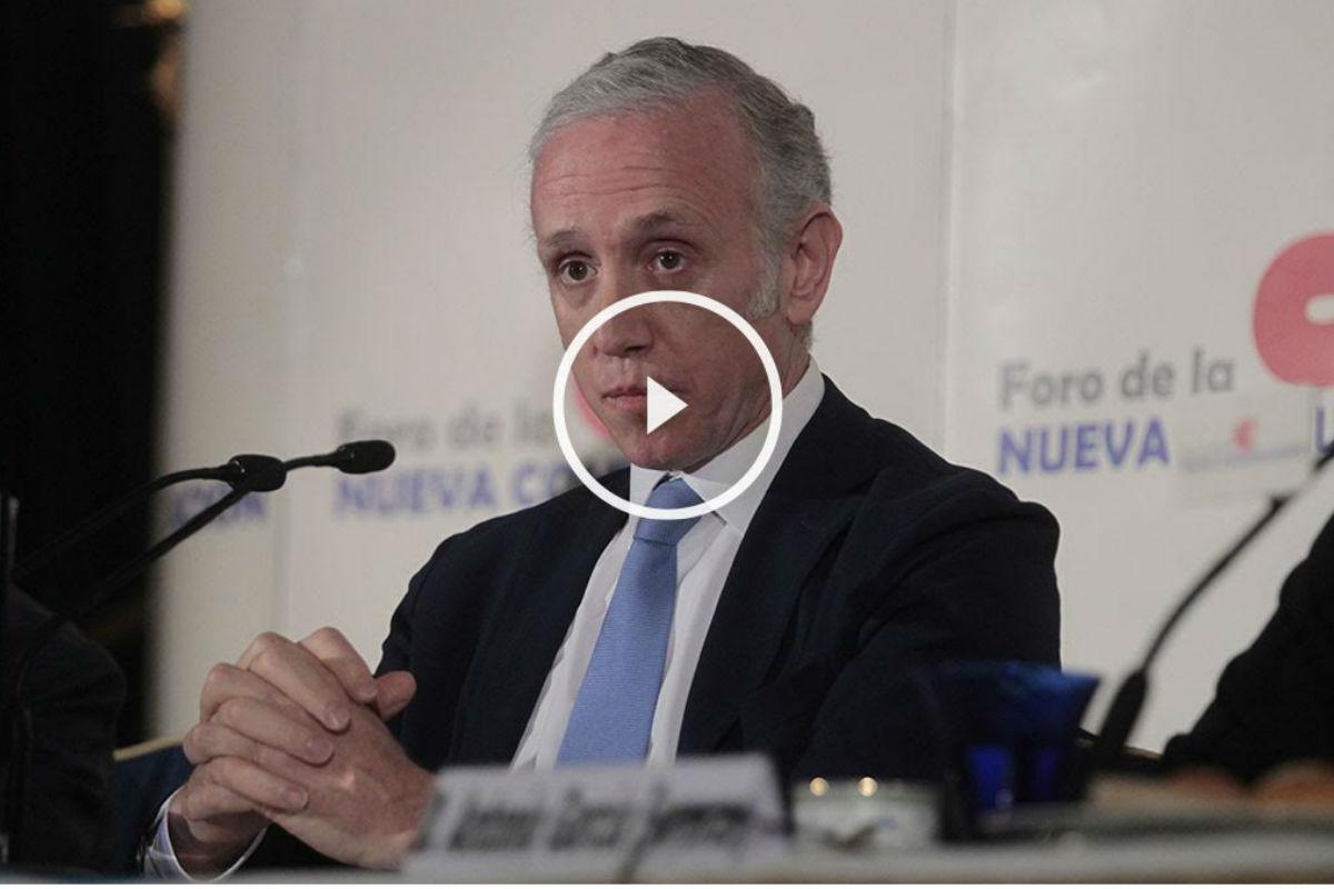 El director de OKDIARIO, Eduardo Inda,  dando una conferencia en el hotel Ritz. (Foto: Enrique Falcón)