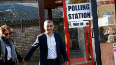 Sadid Khan votando con su mujer en Londres (Foto: Reuters)