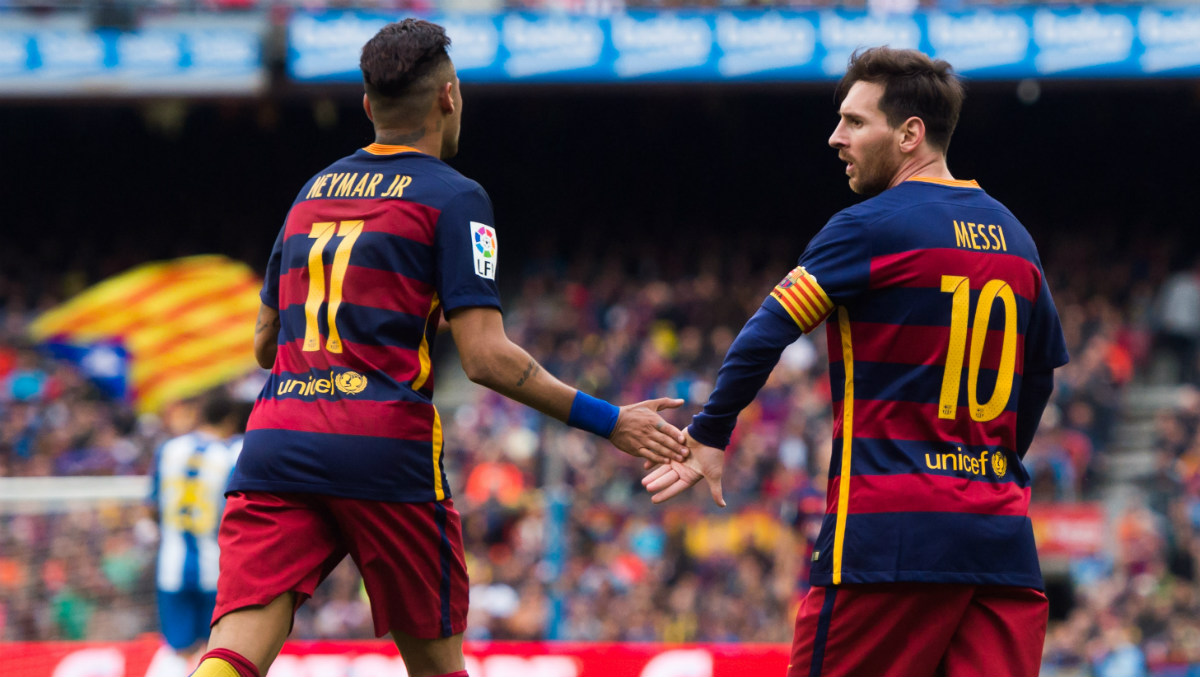 Messi y Neymar, estrellas del Barcelona, chocan sus manos. (Getty)