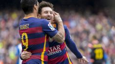 Leo Messi se abraza con Luis Suárez tras el partido contra el Espanyol. (Getty)
