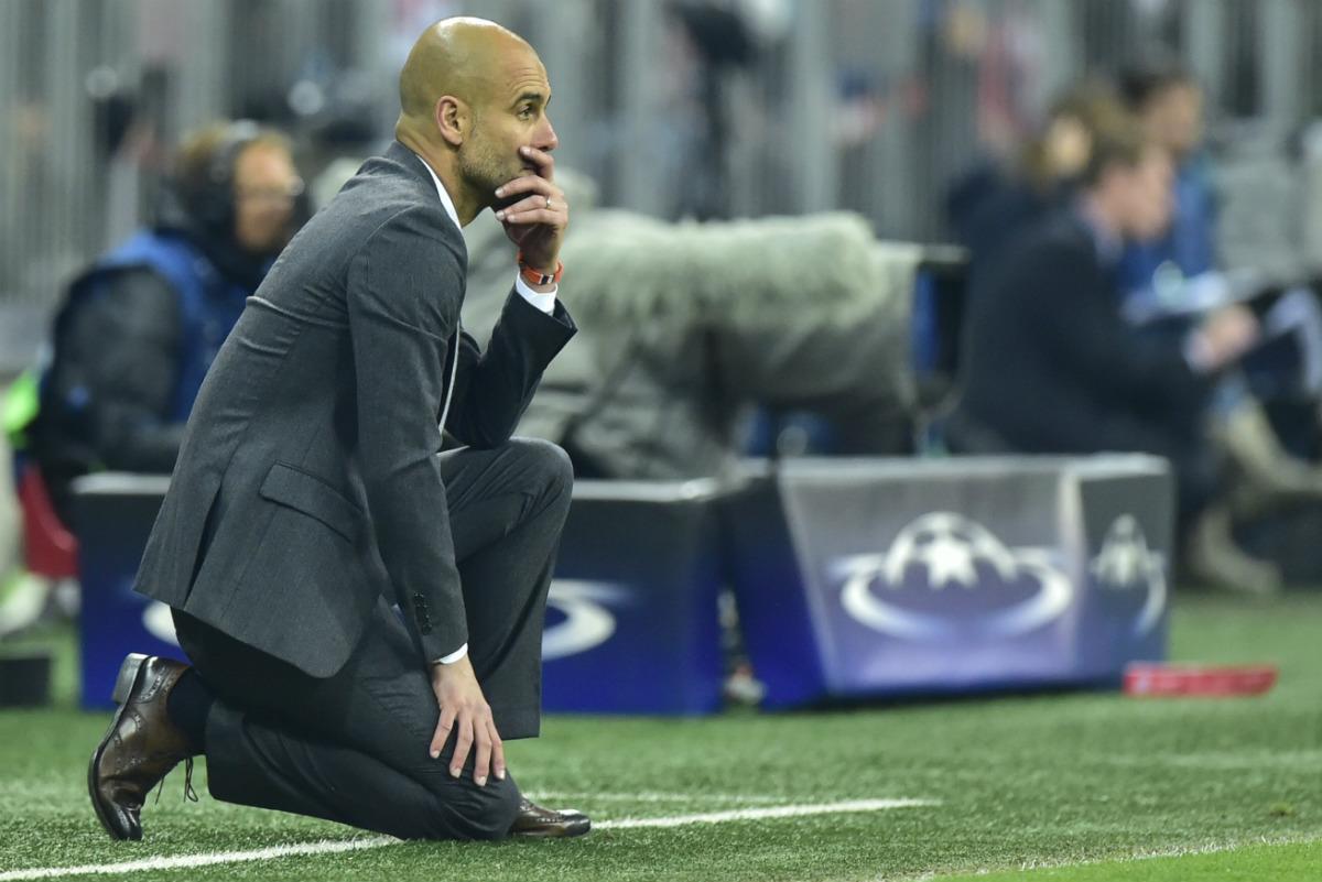 Pep Guardiola, hundido en los minutos finales del duelo contra el Atlético. (AFP)