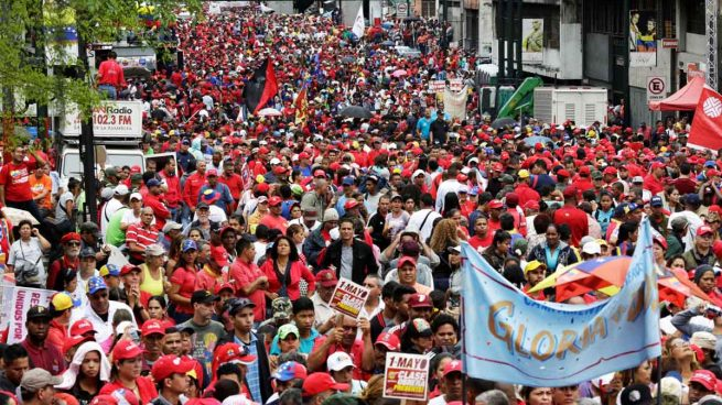 La oposición venezolana entrega 1,8 millones de firmas para iniciar el referendo contra Maduro
