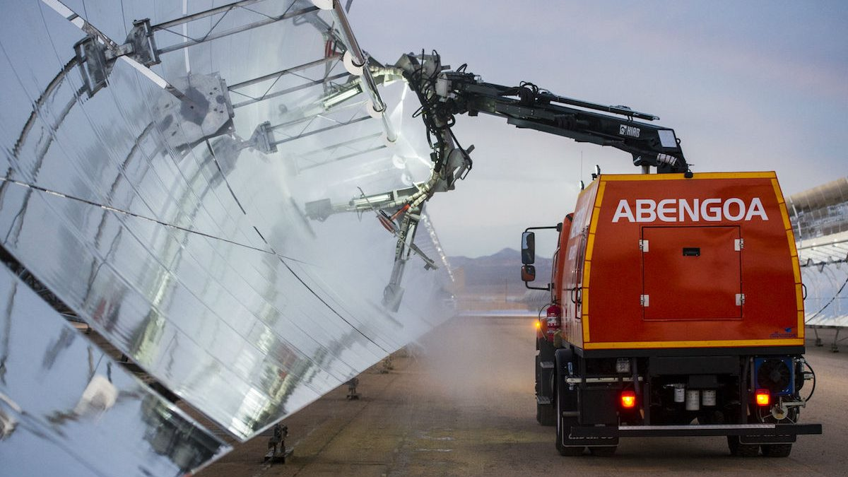 Limpieza de paneles solares de Abengoa (Foto: ABENGOA).