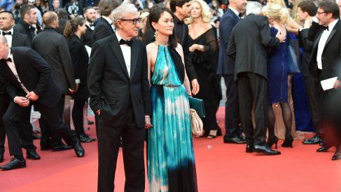El director Woody Allen y su esposa, antes su hija adoptiva, durante la presentación el miércoles del último trabajo del director de cine. (Foto: AFP)