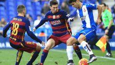 Asensio regatea a Messi y Jordi Alba. (AFP)
