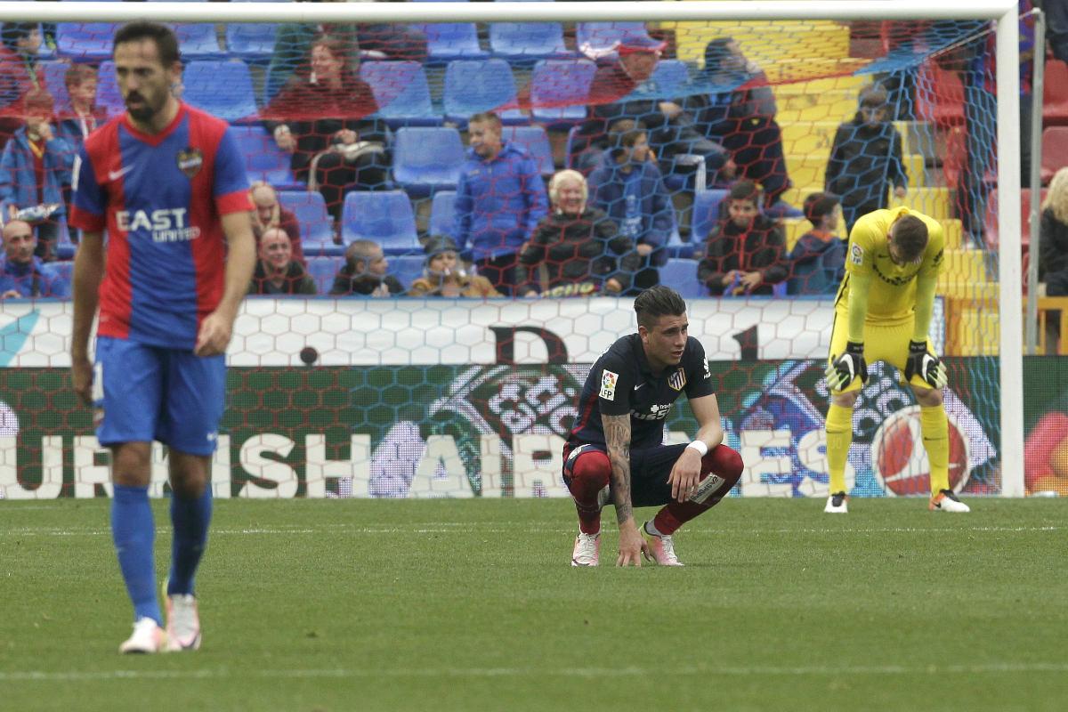 Giménez y Oblak, cabizbajos tras ver como se esfumaba la Liga para el Atlético con el 2-1. (Reuters)