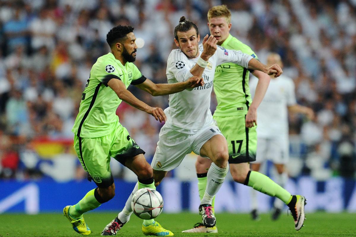 Bale disputa un balón con Clichy. (Getty)