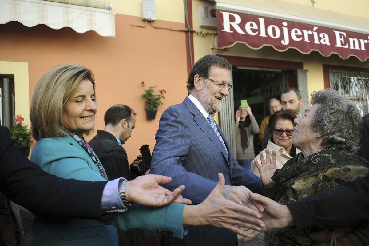 Fátima Báñez y Mariano Rajoy en Tomares, Sevilla. (Foto: AFP)