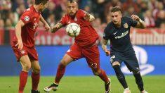 Giménez disputa un balón con Arturo Vidal. (AFP)