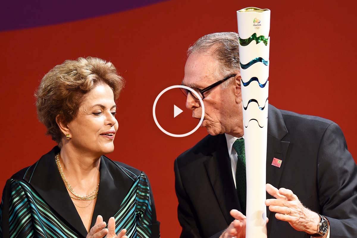 La presidenta brasileña Dilma Rousseff y el presidente del Comité Olímpico brasileño junto a la antorcha olímpica de Río 2016