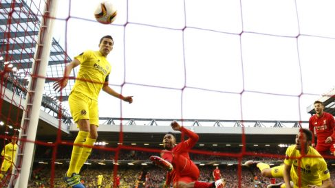 Bruno Soriano marca en propia puerta el gol del Liverpool. (Reuters)