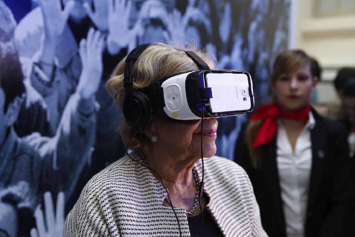 La exjueza Carmena disfrutando de la realidad virtual. (Foto: EFE)