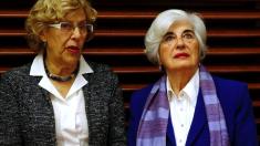 Carmena con la socialista Paca Sauquillo. (Foto: EFE)