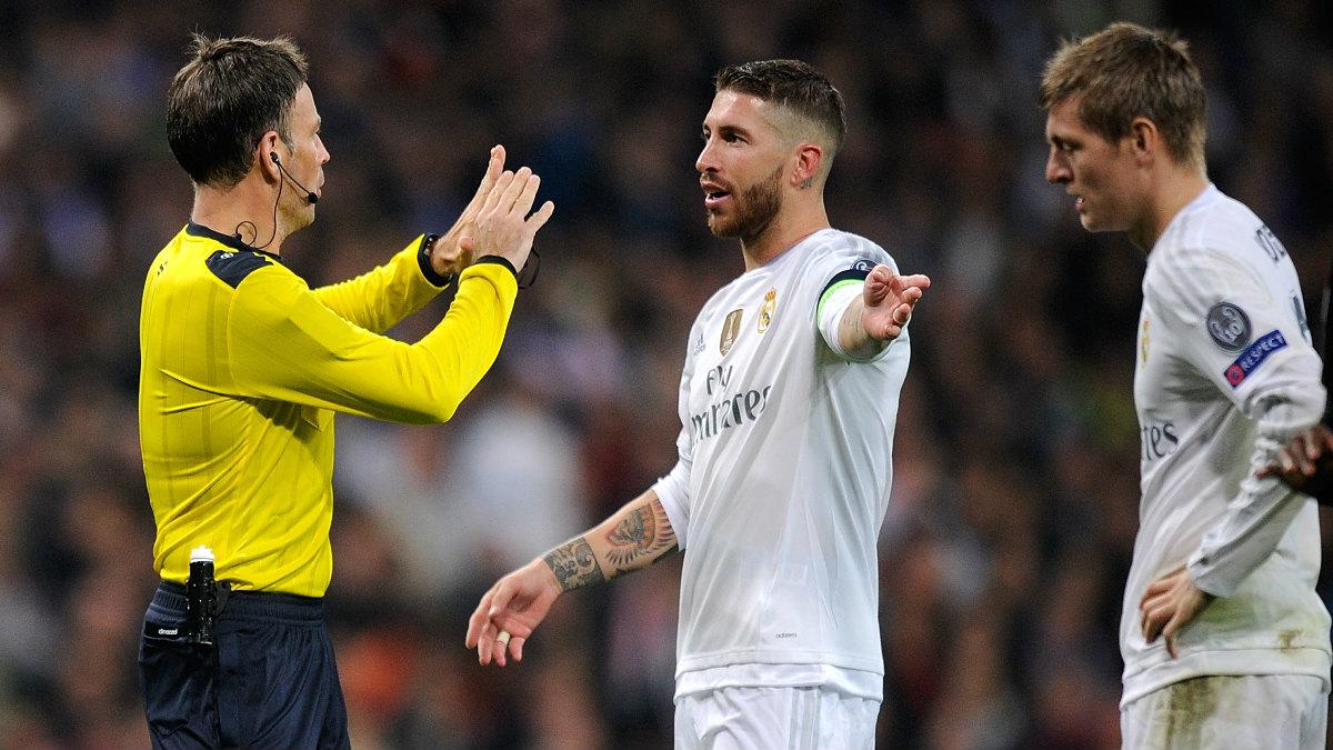 Ramos y Kroos reclaman una acción a Clattenburg durante el Real Madrid-PSG. (Getty)