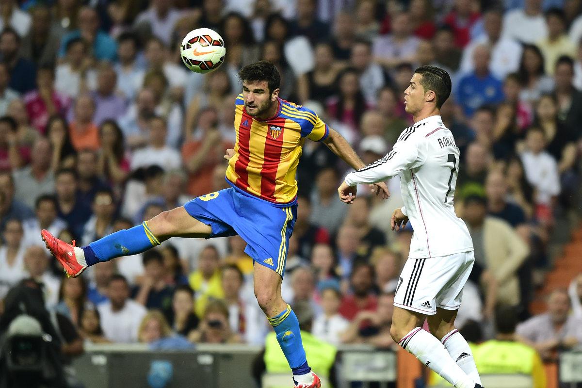 Barragán y Cristiano pugnan por un balón durante el Madrid-Valencia de la pasada temporada. (AFP)