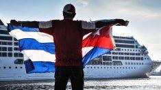 Un cubano muestra la bandera de Cuba desde el malecón para recibir al Adonia Phatom. (Foto: AFP)